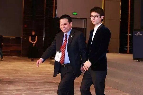 蒋承宏与父亲蒋锡培携手走进会场.
